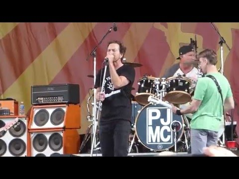 Pearl Jam - Rockin' in the Free World [Neil Young cover] (Jazz Fest 04.23.16) HD