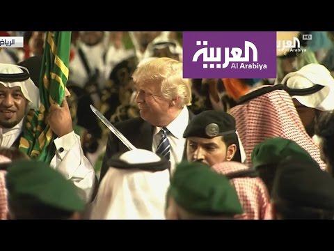 ترمب يؤدي العرضة السعودية بقصر المربع