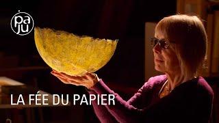 Download lagu Elle crée du papier comme une deuxième peau
