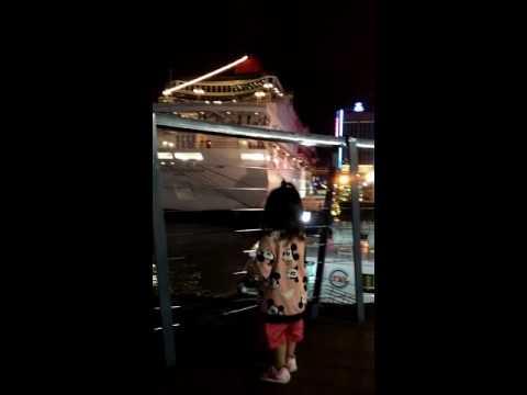 妹妹和平廣場看船