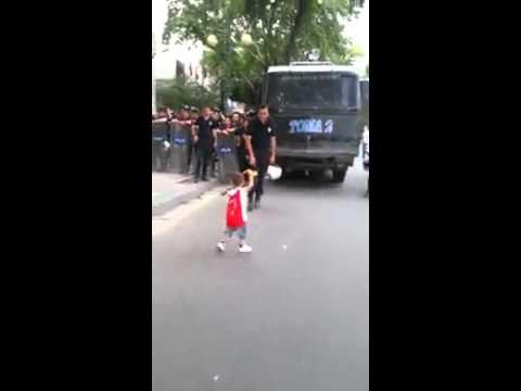 direnis gezi parkı Polisi cağresiz birakan eylemci