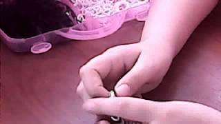 видео урок как плести браслет лентяй :3