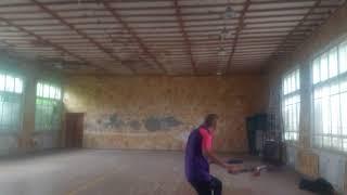 Два в одном - выход навстречу мячу и хлыст с поворотом корпуса-замахом
