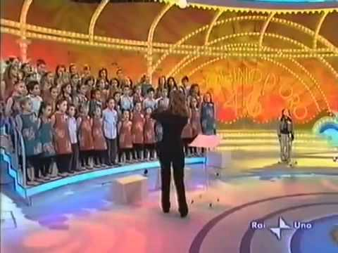 8 year old Vietnamese girl singing on Italian television (Mot chu ech con)