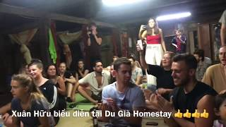 Xuân Hữu biểu diễn ở Dù Già Homestay với những vị khách nước ngoài vô cùng đáng yêu. Hố Hố😄😄👍👍👍