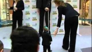 Unglaublich  Riese trifft kleinsten Mann der Welt