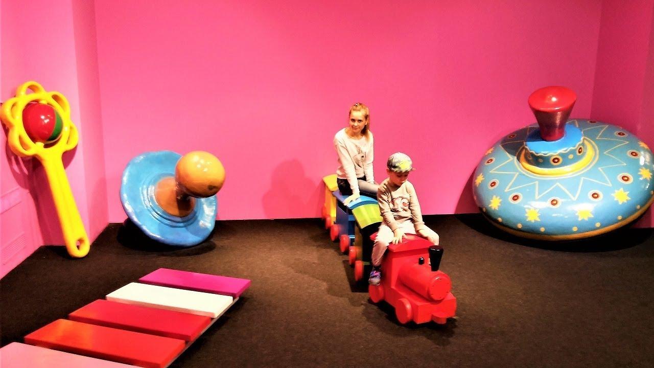 дом великана большой паровозик и игрушки для великана видео для детей