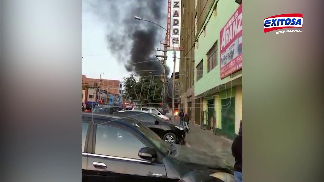 Gamarra: Auto se consume en llamas en cruce de las avenidas Huánuco y 28 de Julio