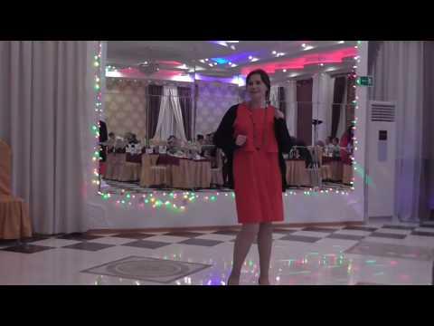 Встреча Нового года. Женщина в красном -а я танцую!