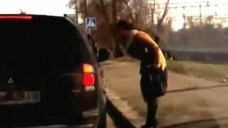 Осторожно!!! Зомбовидео!!! Девушка мочит хачей в Киеве!