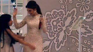 فتاة صغيرة تصعد إلى ميريام فارس وهي ترقص وتفاجئها بحركة غير متوقعة