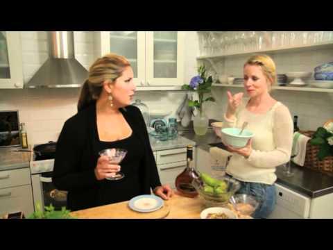 Leila Lindholm och Julia Dufvenius i köket