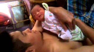AvreLiza MuQaddimah Drevi di cium papa,usia 6 hari