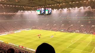 Gedenkminute für Rudi Assauer vor dem Pokalspiel Schalke vs. Düsseldorf