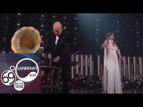 Sanremo 2019 - Virginia Raffaele si trasforma in un 'grammofono'