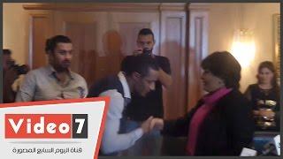بالفيديو .. محمد رمضان يقبل يد فردوس عبد الحميد
