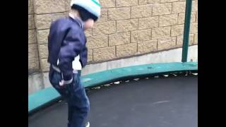 видео Похудение на батуте: веселиться и худеть! Сколько на самом деле можно сбросить при прыжках на батуте?