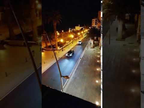 """Coches """"a gran velocidad"""" por la avenida marítima de Arrecife"""