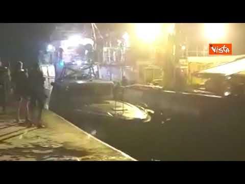 La Sea Watch si scontra con la motovedetta della Gdf sulla banchina di Lampedusa