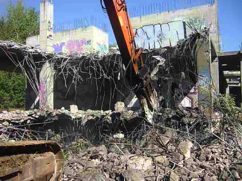 Гидроножницы на экскаваторе в Калуге, демонтаж здания