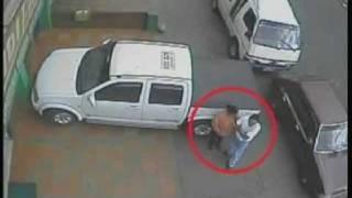 Repeat youtube video Cámara de seguridad captó nueva modalidad de robo.