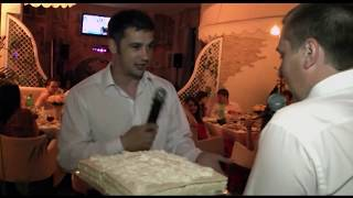 Жених прямо на свадьбе начистил лицо ведущему тортом