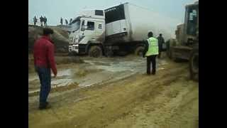 Спасение фуры из грязевого плена.(, 2012-05-01T10:36:34.000Z)