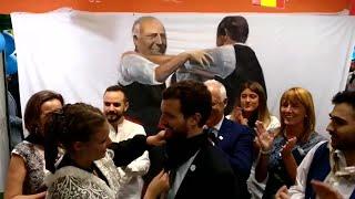 El presidente del PP Pablo Casado recibe el pañuelo de fiestas de Logroño