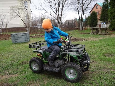 Ребёнок 2.8 лет на бензиновом квадроцикле Avantis Hunter mini 49cc 2т