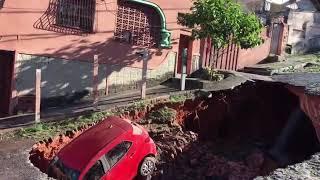 Cratera engole carro no bairro Santa Tereza, em Belo Horizonte