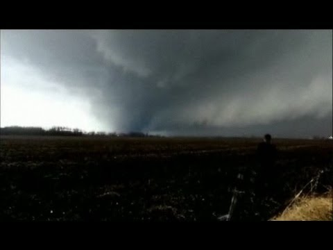 DRAMATIC AMATEUR VIDEO SHOWS A TORNADO IN THE US MIDWEST - BBC NEWS