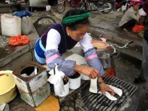 Streetfood Erkuai breakfast in Zhoucheng, Dali, Yunnan, China. 在大理的周城吃饵块
