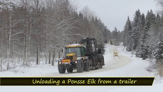 Lossning/Unloading a Ponsse Elk from a Trailer