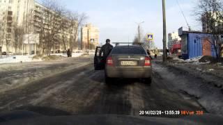 Перевел бабулю через дорогу. Северодвинск(В Северодвинске водитель остановился у пешеходного перехода и перевел бабушку через дорогу., 2014-03-03T07:32:29.000Z)