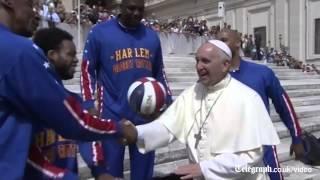 Папа Римский научился крутить мяч на пальце