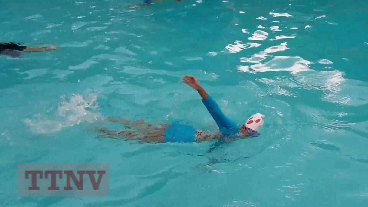 Em bé bơi 3 kiểu: ếch, trườn sấp, ngửa tại hồ bơi trường Trần Văn Ơn