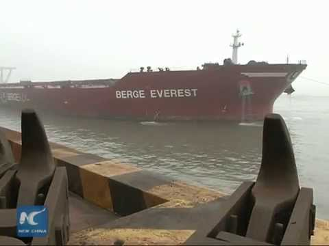 Super-large ore carrier from Brazil docks in China