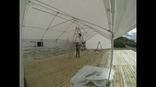 Подготовка шатра для свадьбы на берегу залива
