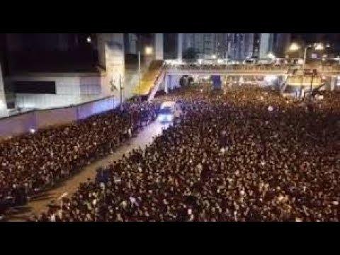 Video: El momento en que miles de manifestantes le abren paso a una ambulancia
