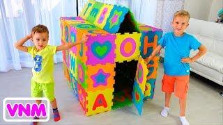 Vlad và Nikita xây dựng Playhouse màu