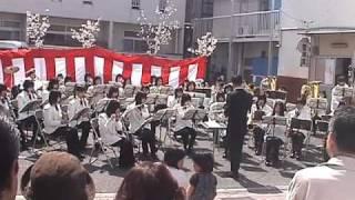 紺屋町恒例イベント「春うらら」で浜田一中のブラスバンドに演奏してい...