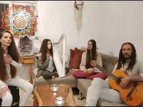מופע מנטרות בעברית מיוחד עם ו'איט ואורי והבנות שלהם