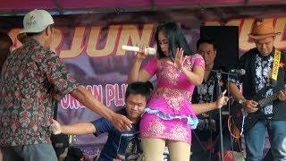 Joget Lucu !!!!  Penyanyi Terus di sosor bawahnya...