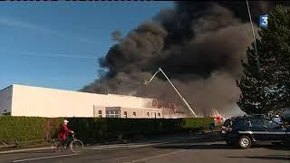 Les pompiers combattent toujours l'incendie