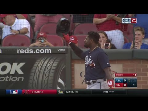 Cincinnati Reds fans welcome back Brandon Phillips to Great American Ball Park with standing ovation