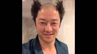 俳優の浅野忠信が24日、頭の中央だけを丸刈りにしサイドを逆立てた衝撃...