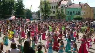 Рекорд Украины и Мира по bellydance  15.06.2013 г,  г Калуш Украина(Установлен рекорд Украины и Мира на самый массовый восточный танец!!! Рекорд был зафиксирован во время..., 2013-06-15T19:55:51.000Z)