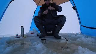 Зимняя рыбалка на карася в сильный дождь в палатке