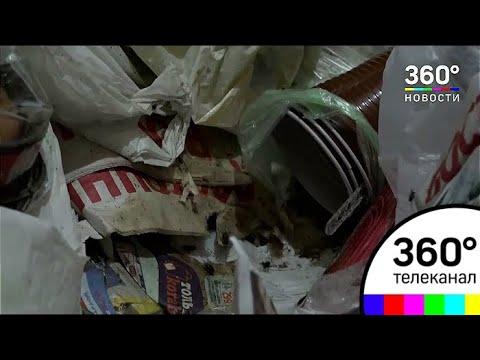 Жительница Москвы превратила свою квартиру в мусорную свалку