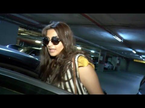 Sonam Kapoor CAUGHT At Mumbai Airport In...
